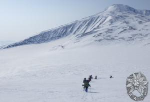 スリューニナ氷河を詰めていく。氷河地形が興味深い。
